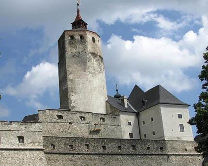 Éllel ellátott torony Fraknó várában